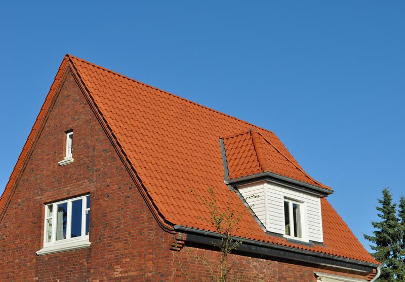 Dacheindeckung mit dem Naturroten Vario Tondachziegel von Meyer Holsen